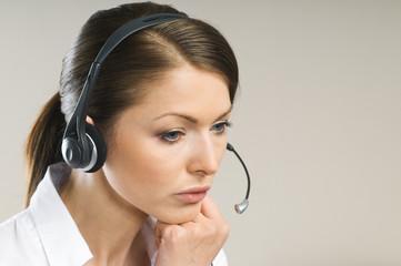 Gelangweilte Frau mit Headset