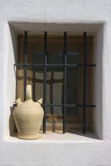 Botijo en una ventana (vertical)