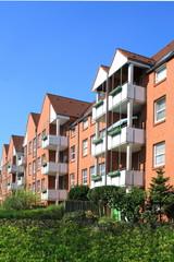 Wohnhaus, Rasen, Balkone, Hausfassade, Kiel, Deutschland
