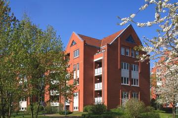 Wohnhaus im Grünen, Balkone, Hausfassade, Kiel, Deutschland