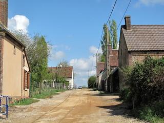Chemin de terre dans un village.