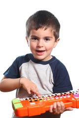 bambino suona tastiera su fondo bianco