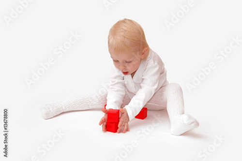 The child plays cubes