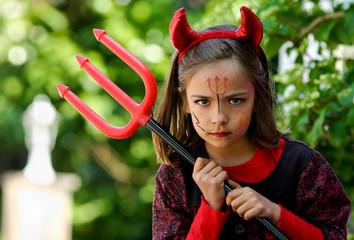 petit diable fâché et sa fourche