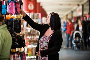Frau kauft Socken
