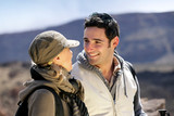 Fototapety couple en randonnée souriants