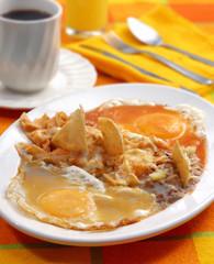 Huevos divorciados con chilaquiles. México.