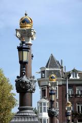 Suite de lampadaires à Amsterdam