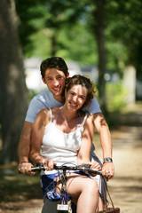 portrait de couple à bicyclette