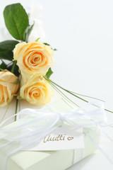 Geschenk mit Blumen fuer Mutti