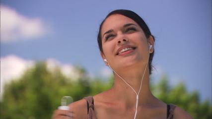 junge frau musik hörend und tanzend im freien