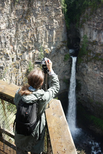 Wanderer am Wasserfall in Kanada
