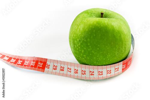 una manzana verde con cinta metrica