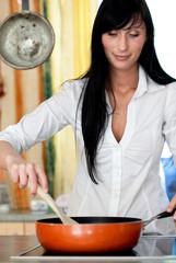 frau pfanne küche