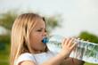 Leinwanddruck Bild - Kind trinkt Wasser