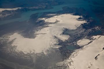 Luftaufname auf die Gletscher und Berge und wolken