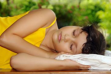 niña durmiendo en el campo