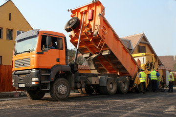 weigher poring asphalt in machinery