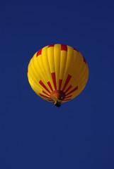Ballon unter azurblauem Himmel