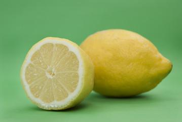 limone su sfondo verde