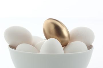 das goldene Ei auf weissen Eiern