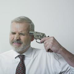 homme mature pointant un pistolet sur sa tempe