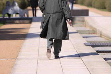 Passant im Mantel