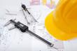 Bauplan mit Schutzhelm