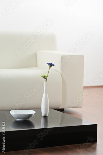 Waza i kwiat przy stole w nowoczesnym salonie