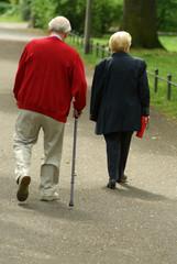Rentner beim spazieren