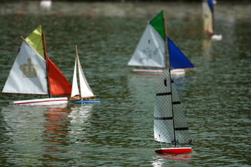 gara tra barche a vela giocattolo