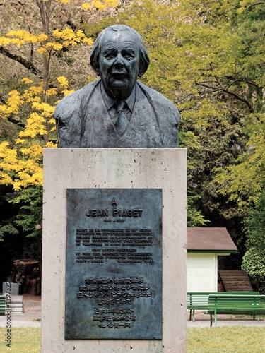 Papiers peints Statue Buste de Jean Piaget (Genève)