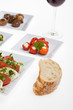 Antipasti Misti und Brot auf weißem Teller