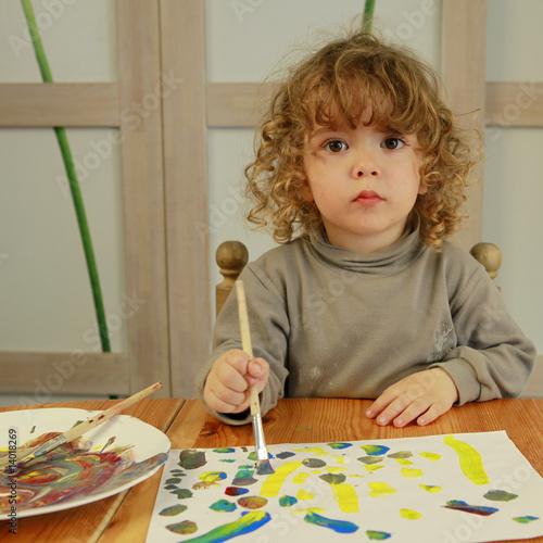 jeune enfant qui fait de la peinture photo libre de droits sur la banque d 39 images. Black Bedroom Furniture Sets. Home Design Ideas