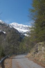 Strada di montagna con vista su ghiacciaio