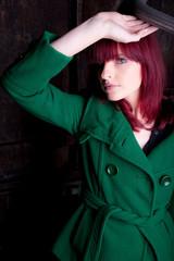 model mit roten haaren in gießerei