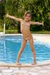 debout au bord de la piscine