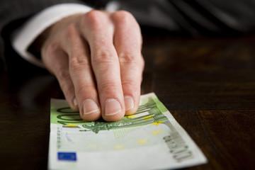 Hand mit Geldschein