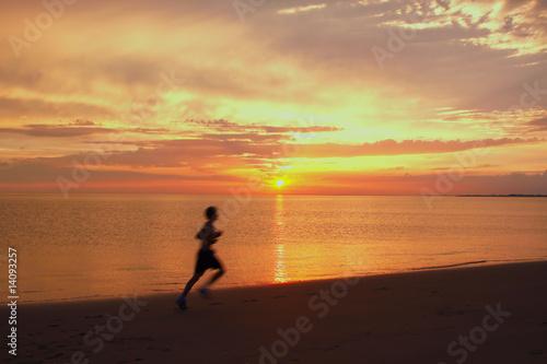Coureur sur la plage au couch du soleil de thibault renard photo libre de droits 14093257 sur - Le soleil se couche a quel heure ...