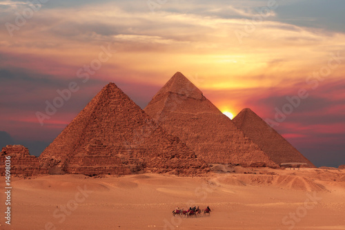 Plexiglas Artistiek mon. pyramid sunset
