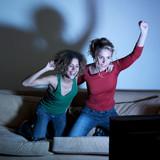 femmes triomphantes devant la télé