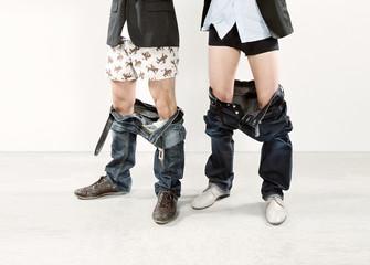 Zwei Männer mit runtergelassenenHosen