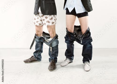 Leinwanddruck Bild Zwei Männer mit runtergelassenenHosen