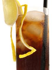 Cola mit Eis und Zitrone