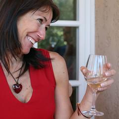 Jeune femme buvant un verre de vin blanc