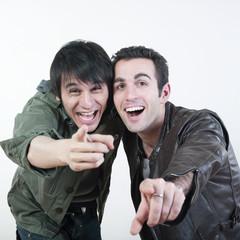 jeunes hommes riant en pointant leur doigt vers l'objectif