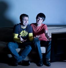 deux hommes pleurant devant la télévision