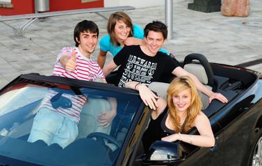 Jugendliche im Cabrio
