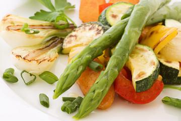 Grüner Spargel mit Gemüse