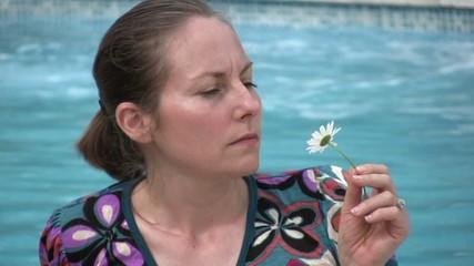 femme sentant une marguerite